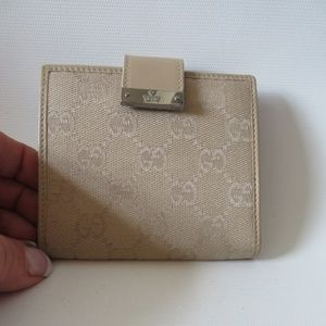 GUCCI BEIGE CANVAS LEATHER 'GUCCI' BI-FOLD WALLET*